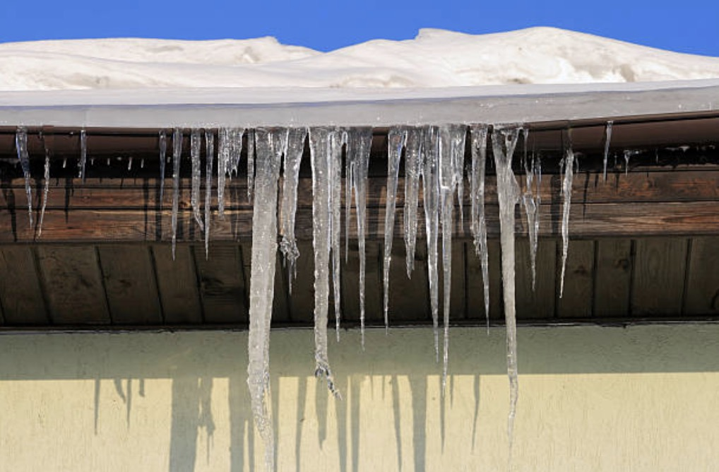 sagging roof cause of dam ice