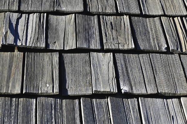wood shingle roof with uniform cut pieces